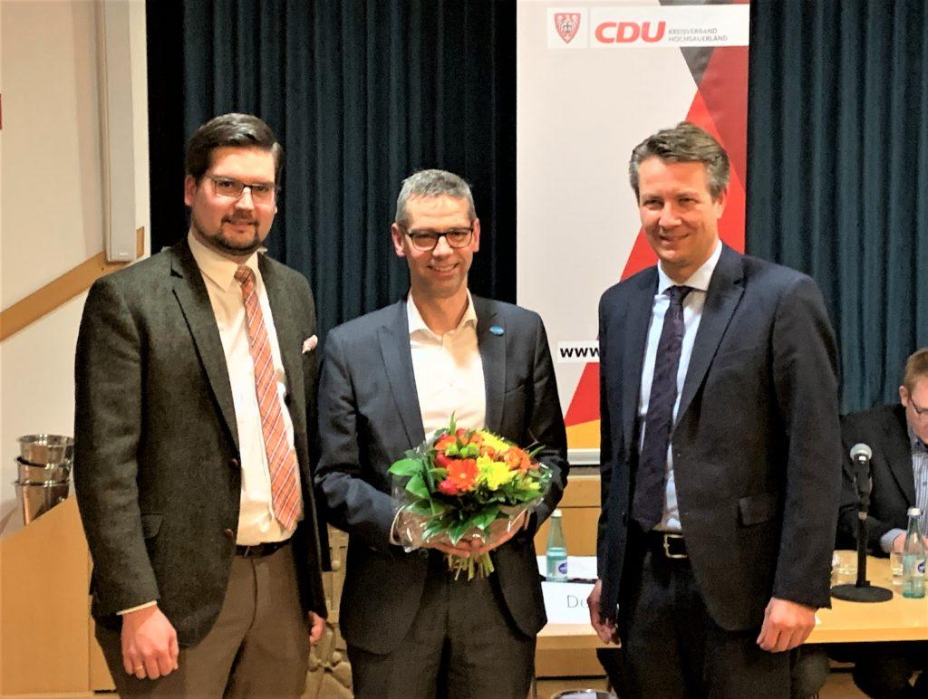 CDU-Bürgermeisterkandidat Michael Beckmann (m.) nimmt die Glückwünsche von dem Stadtverbandsvorsitzenden Sven Lucas Deimel (l.) und dem Kreisvorsitzenden Matthias Kerkhoff (r.) entgegen