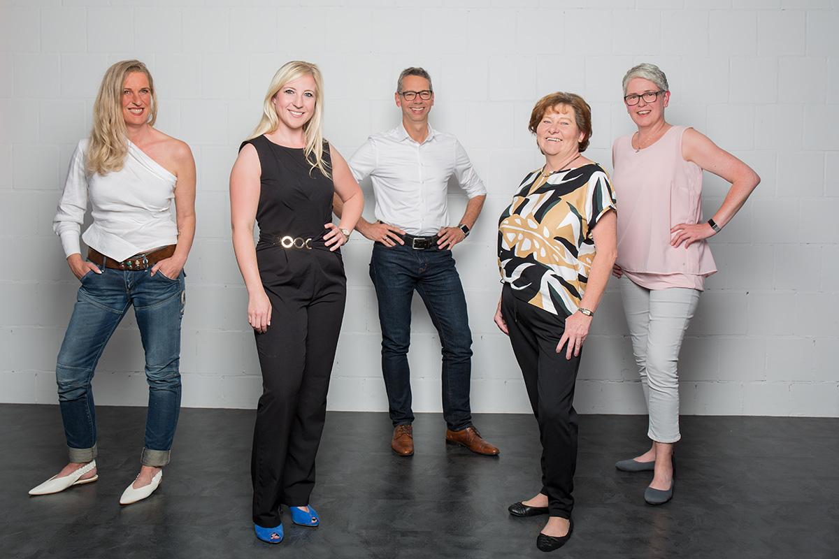 Frauenpower bei der CDU (v.l.n.r.): Sandra Biene, Sandra Schmitt, Wally Fladung,Heike Schnurbusch und in der Mitte der Bürgermeisterkandidat Michael Beckmann. Foto: Steffi Rost